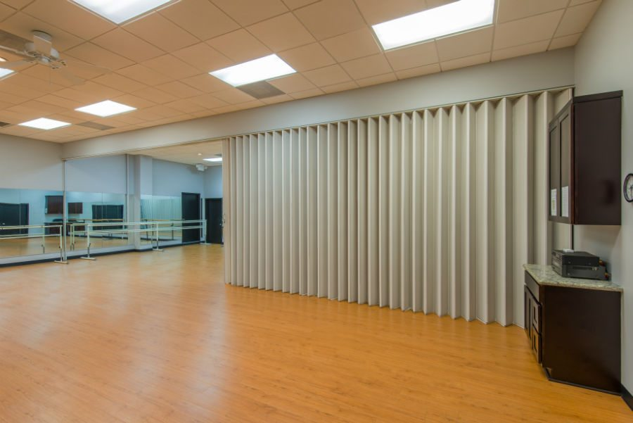 Panelfold accordion doors partitions dividers for Acoustic folding partitions